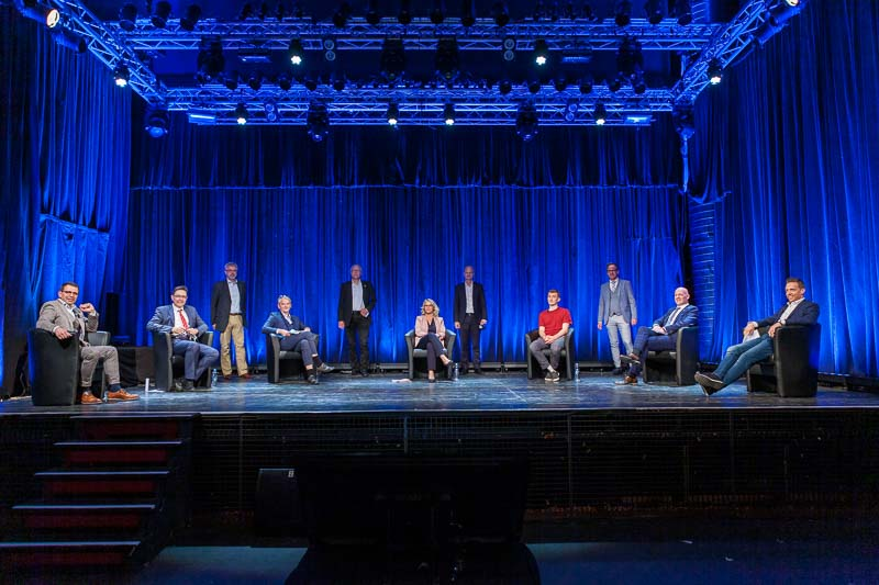 Das Podium, der Referent und die Organisatoren